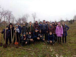 Astăzi, 20.12.2019, elevii noștri au participat la o activitate de voluntariat, unde fiecare elev a plantat câte un arbore în parcul bisericii din comuna noastră